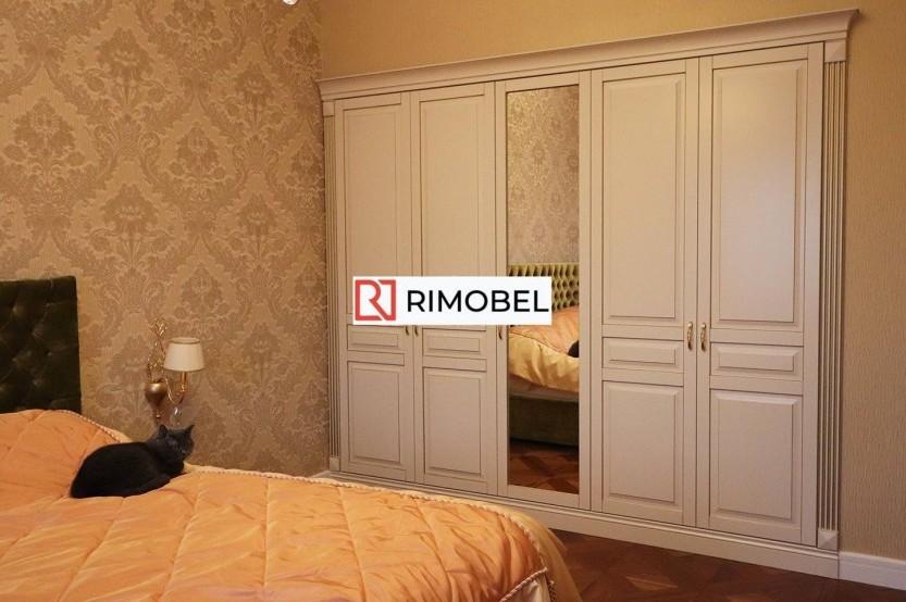 Dulap încorporat în dormitor, în culoare crem  Dulapuri clasice la comanda